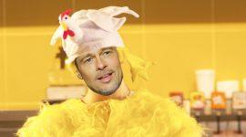 Brad Pitt trabajaba de pollo para pagar sus clases
